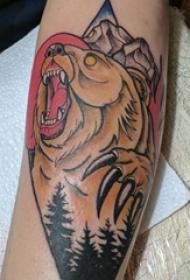 男生手臂上彩绘点刺森林和动物熊纹身图案