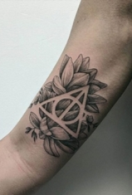 女生手臂上黑灰素描点刺技巧几何元素唯美花朵纹身图案