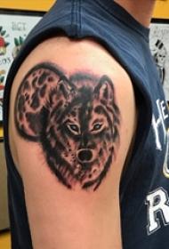 男生手臂上黑色点刺小动物狼纹身图案